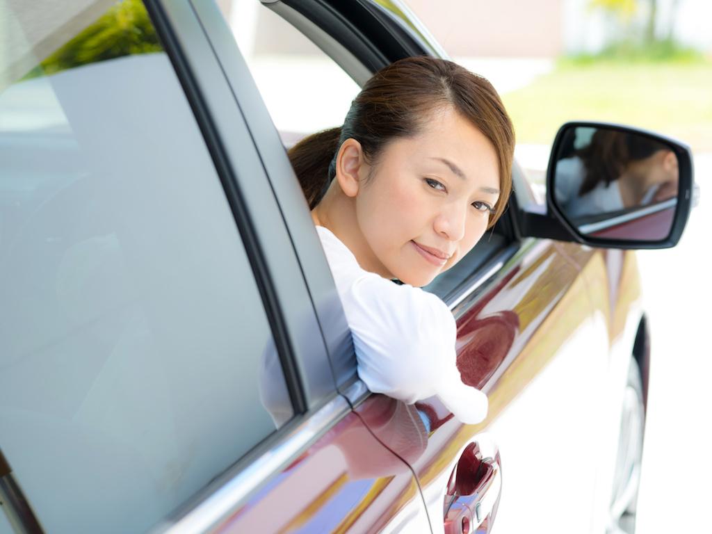 バック駐車する女性